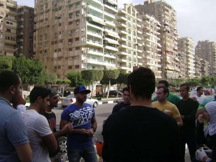 صور تامر حسني يكتب اسم شهداء التحرير على الجدار iqpic2a93acb05c.jpg